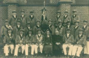Foto aus dem Jahre 1933 Wilhelm Poll als König mit Pfarrer Schüppen im Vordergrund