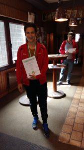 Lukas Walter mit Armbrust-Urkunde und -Medaille
